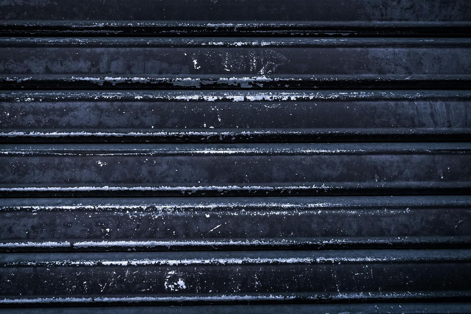 「塗装が剥げたシャッター」の写真