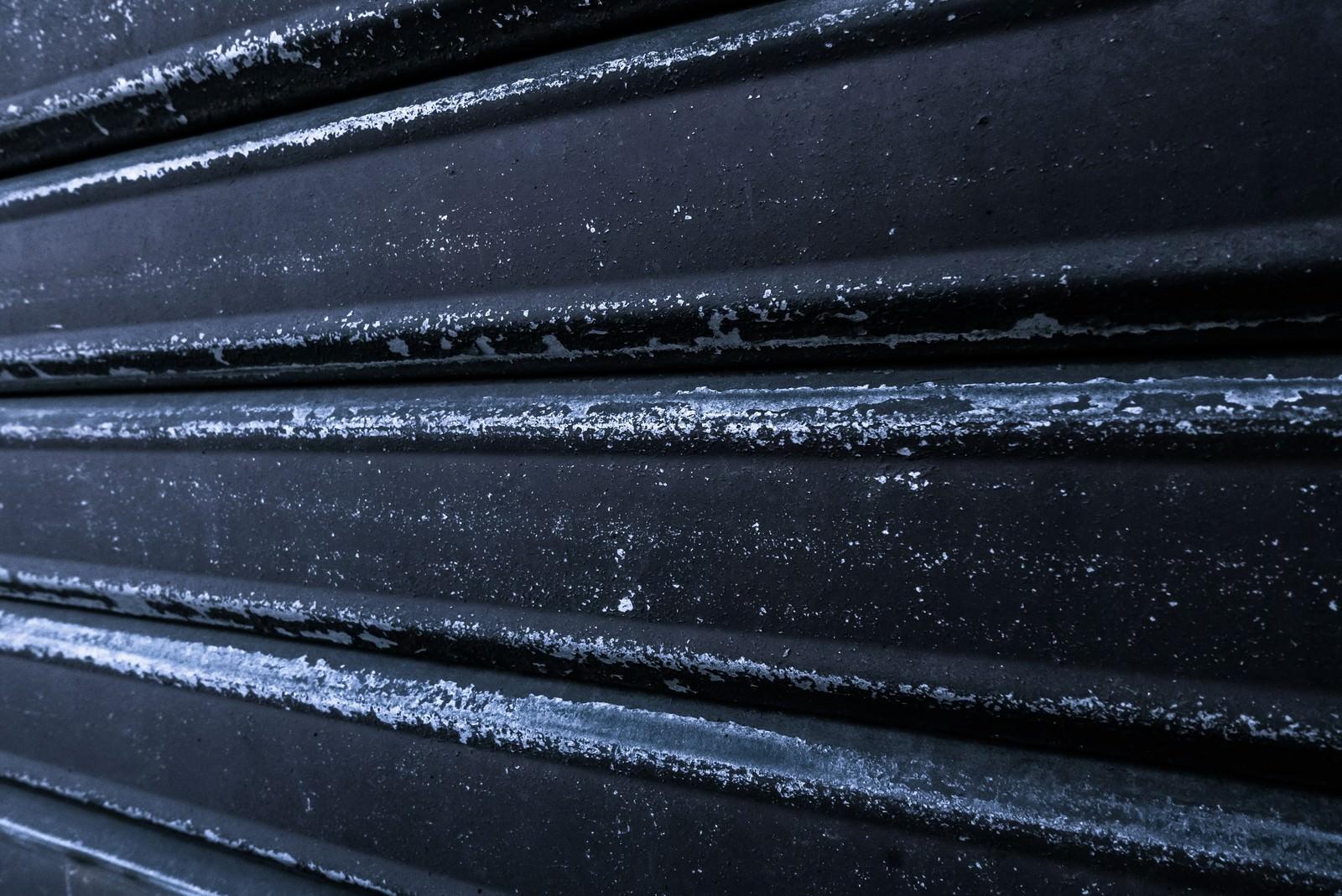 「黒いシャッター黒いシャッター」のフリー写真素材を拡大