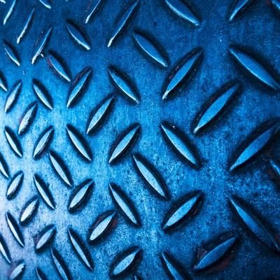 光が差し込む青い足場の写真