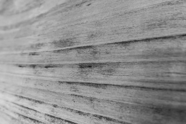 凹型の木の壁(モノクロ)の写真