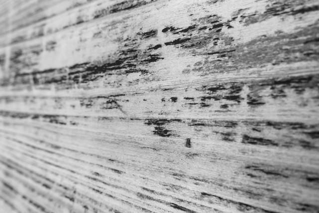 擦れた木の壁(モノクロ)の写真