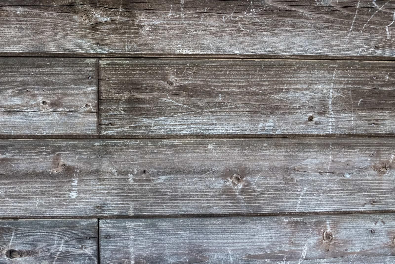 「傷が残る木造の壁(テクスチャ)」の写真