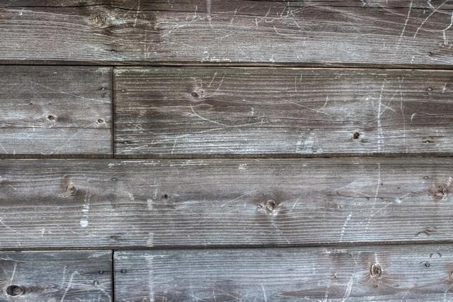 傷が残る木造の壁(テクスチャ)の写真