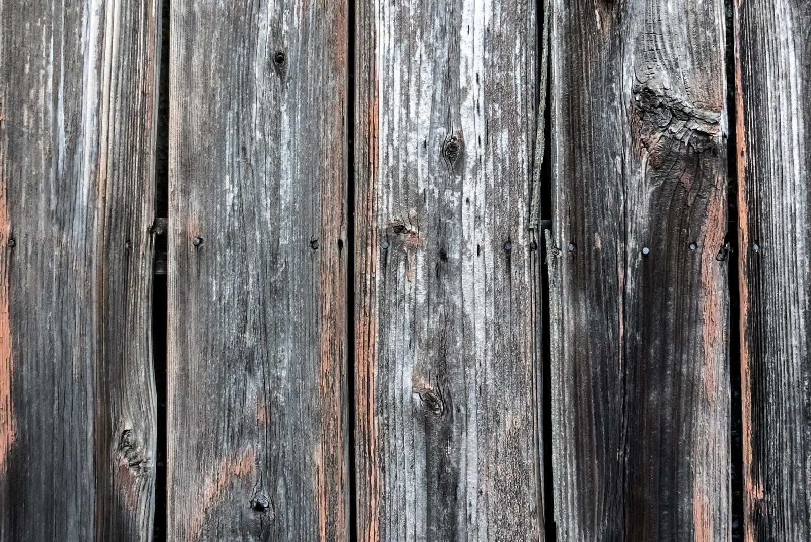 「釘が打ち込まれた木の柵釘が打ち込まれた木の柵」のフリー写真素材を拡大