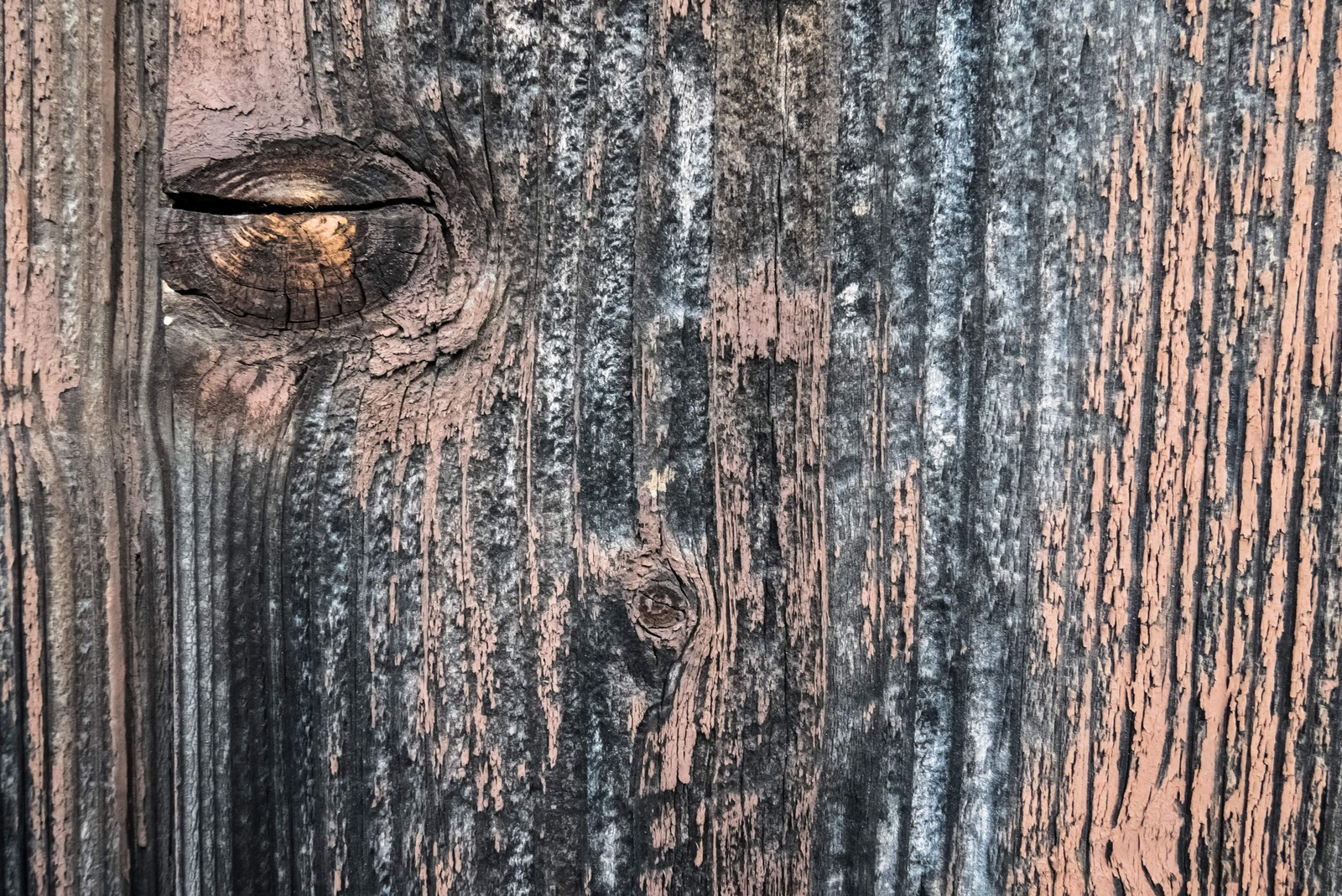「汚れが付着した木目の壁」の写真
