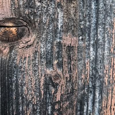 汚れが付着した木目の壁の写真