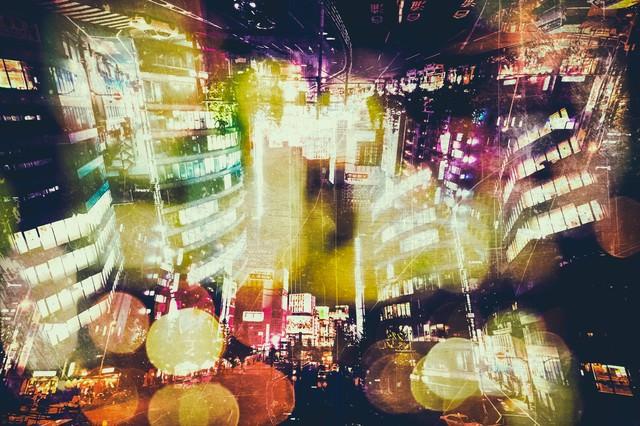 繁華街と夜の光(フォトモンタージュ)の写真