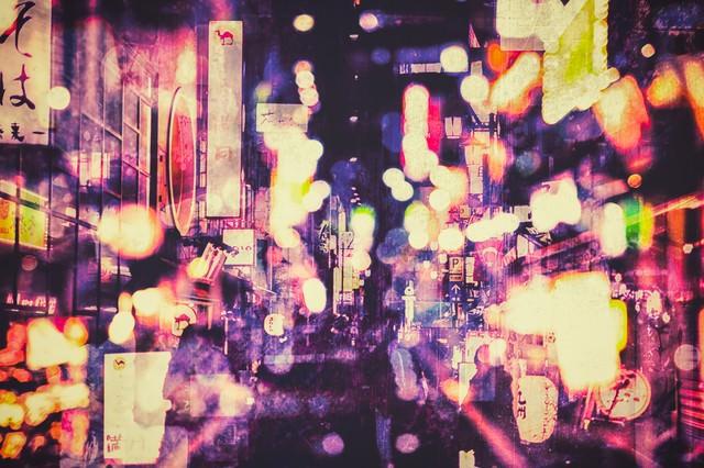 夜の飲み屋街とあふれるネオンの光の写真