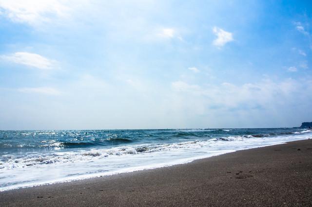 よく晴れた空と海の写真
