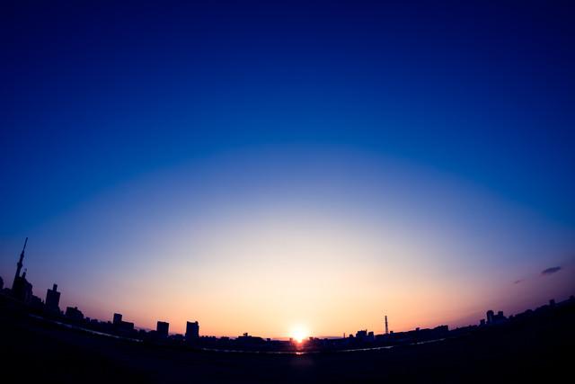 日の出と街の写真