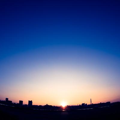 「日の出と街」の写真素材