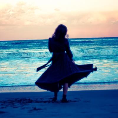 「傷心の海辺」の写真素材