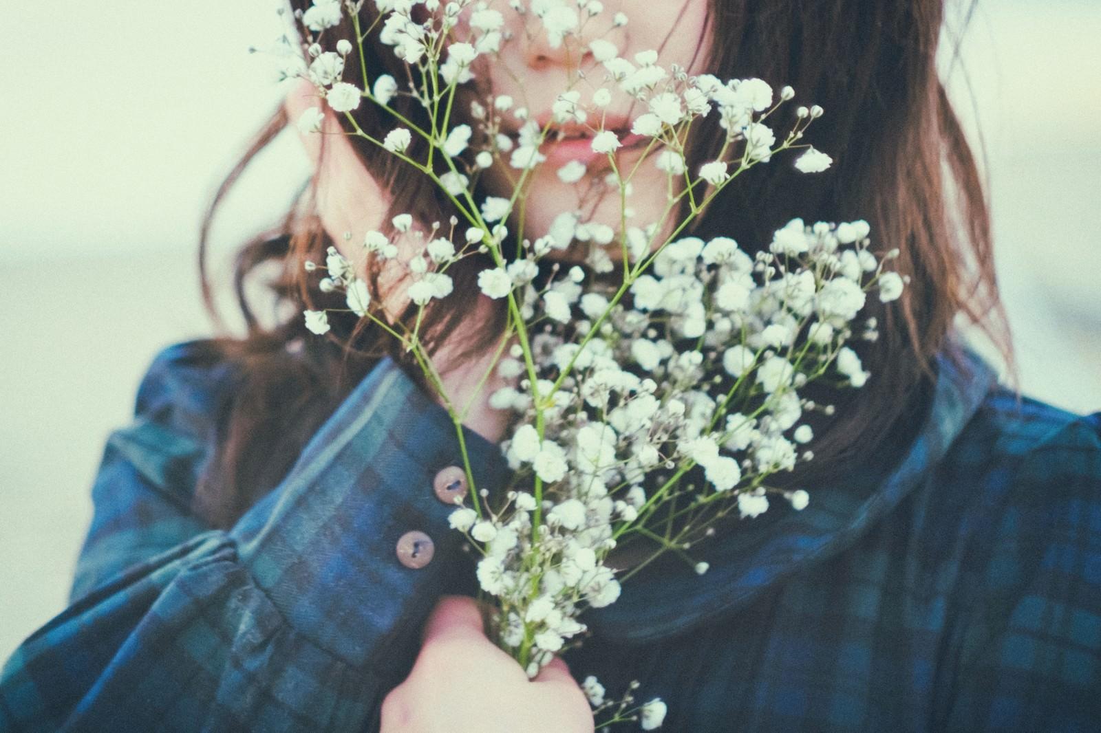 「花を握りしめた運命の女性」の写真