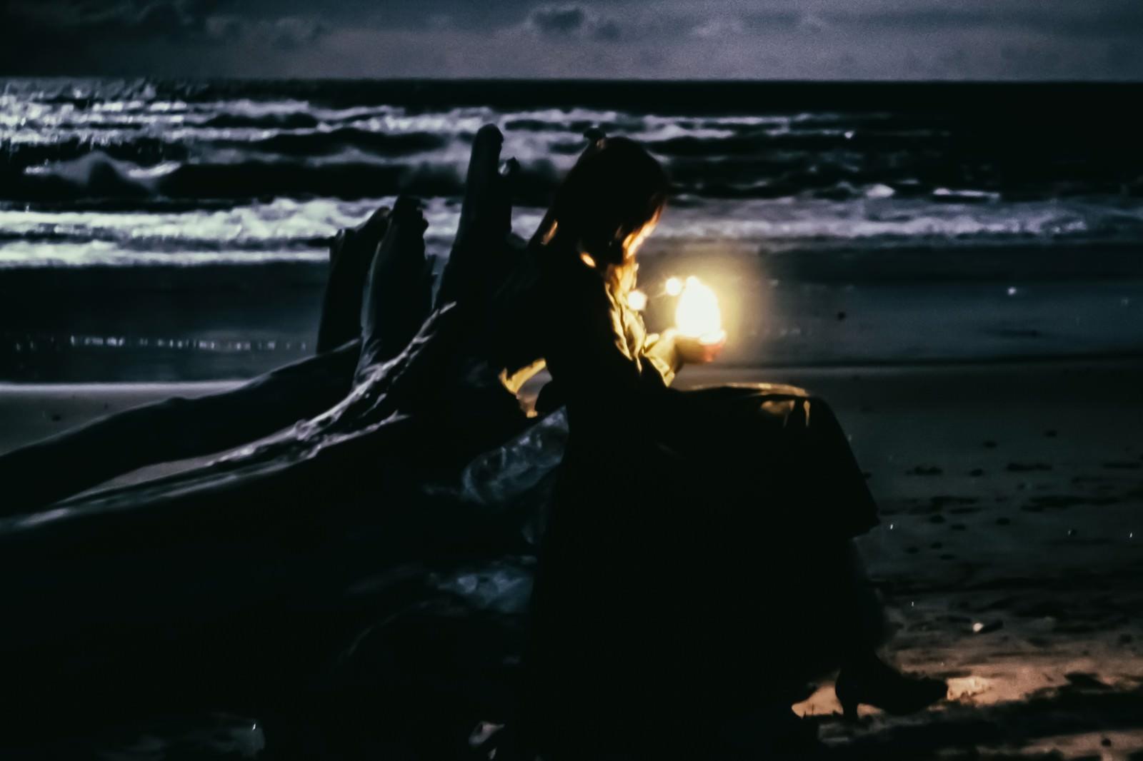「流木と暗闇を照らす灯り | 写真の無料素材・フリー素材 - ぱくたそ」の写真