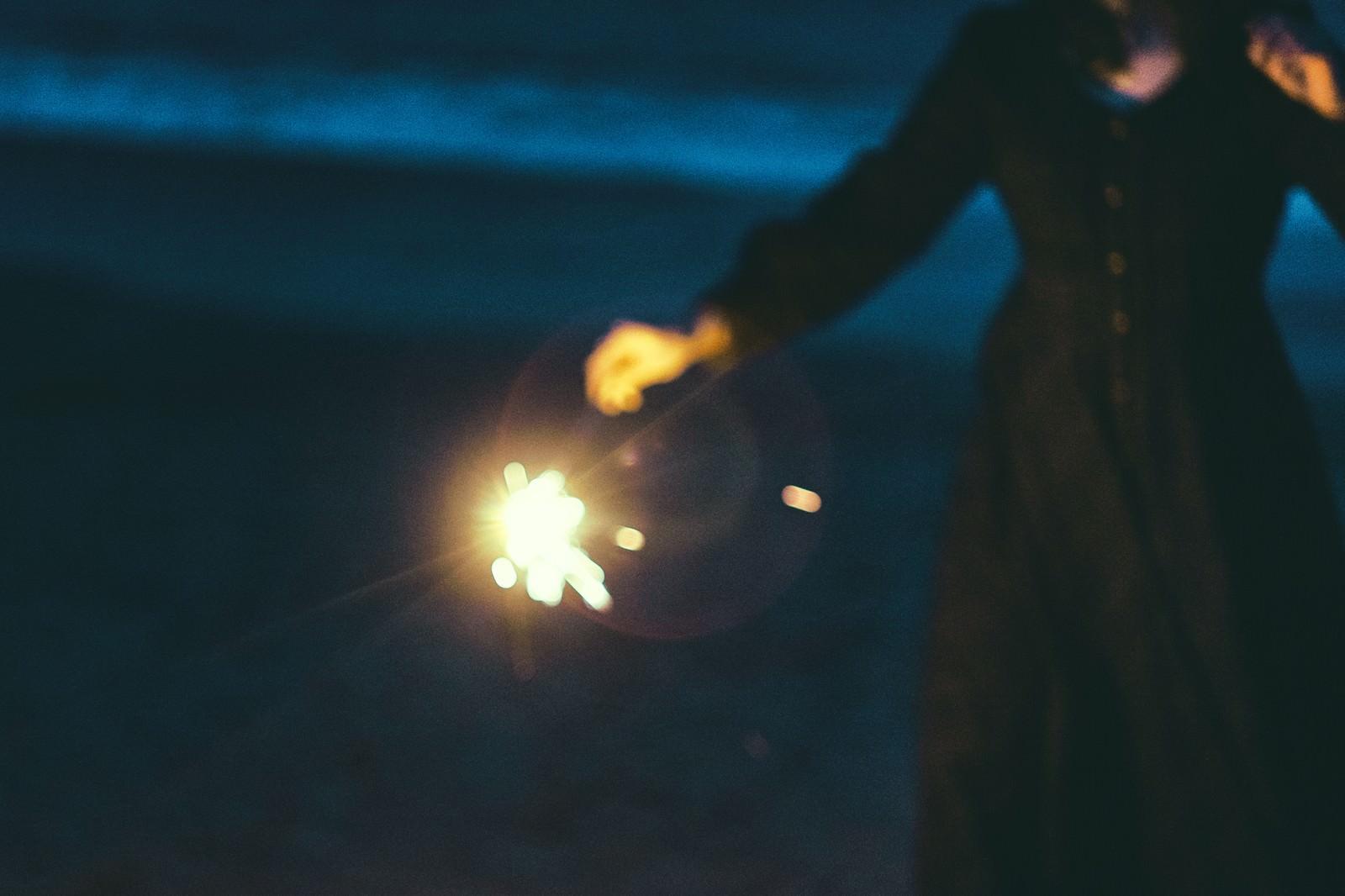 「手持ち花火を楽しむ手持ち花火を楽しむ」のフリー写真素材を拡大