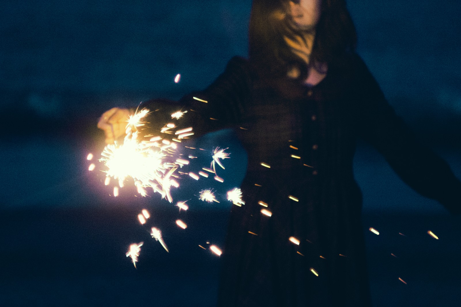 「手持ち花火が散る」の写真