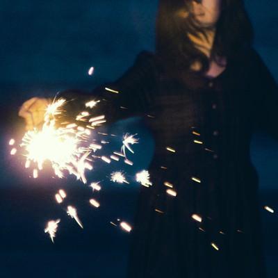 「手持ち花火が散る」の写真素材