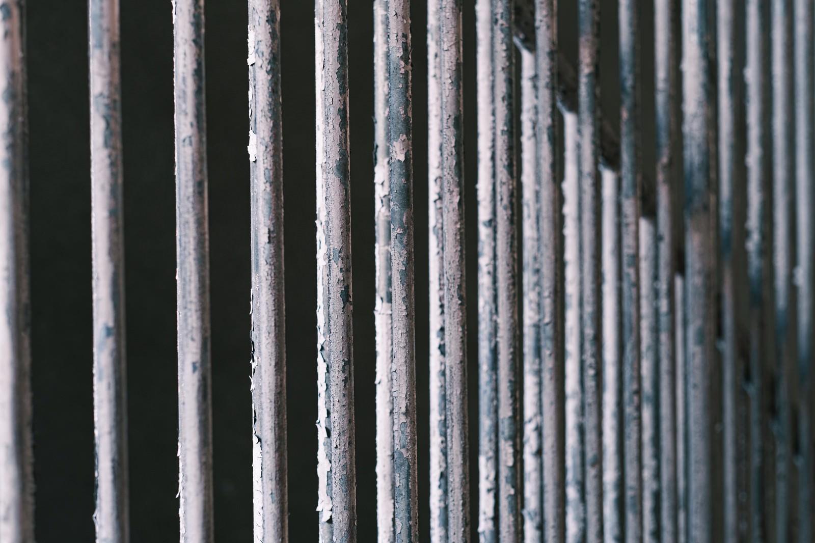 「塗装の剥げた柵(テクスチャ)」の写真