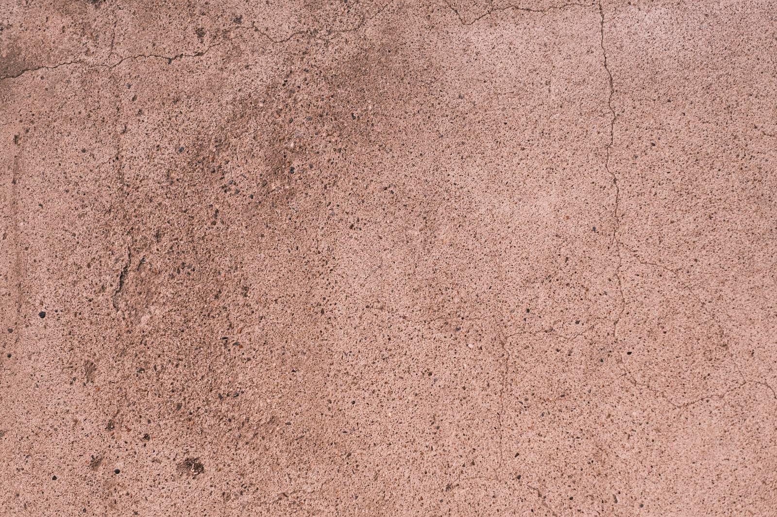 「うっすらと表面にヒビの入る壁」の写真