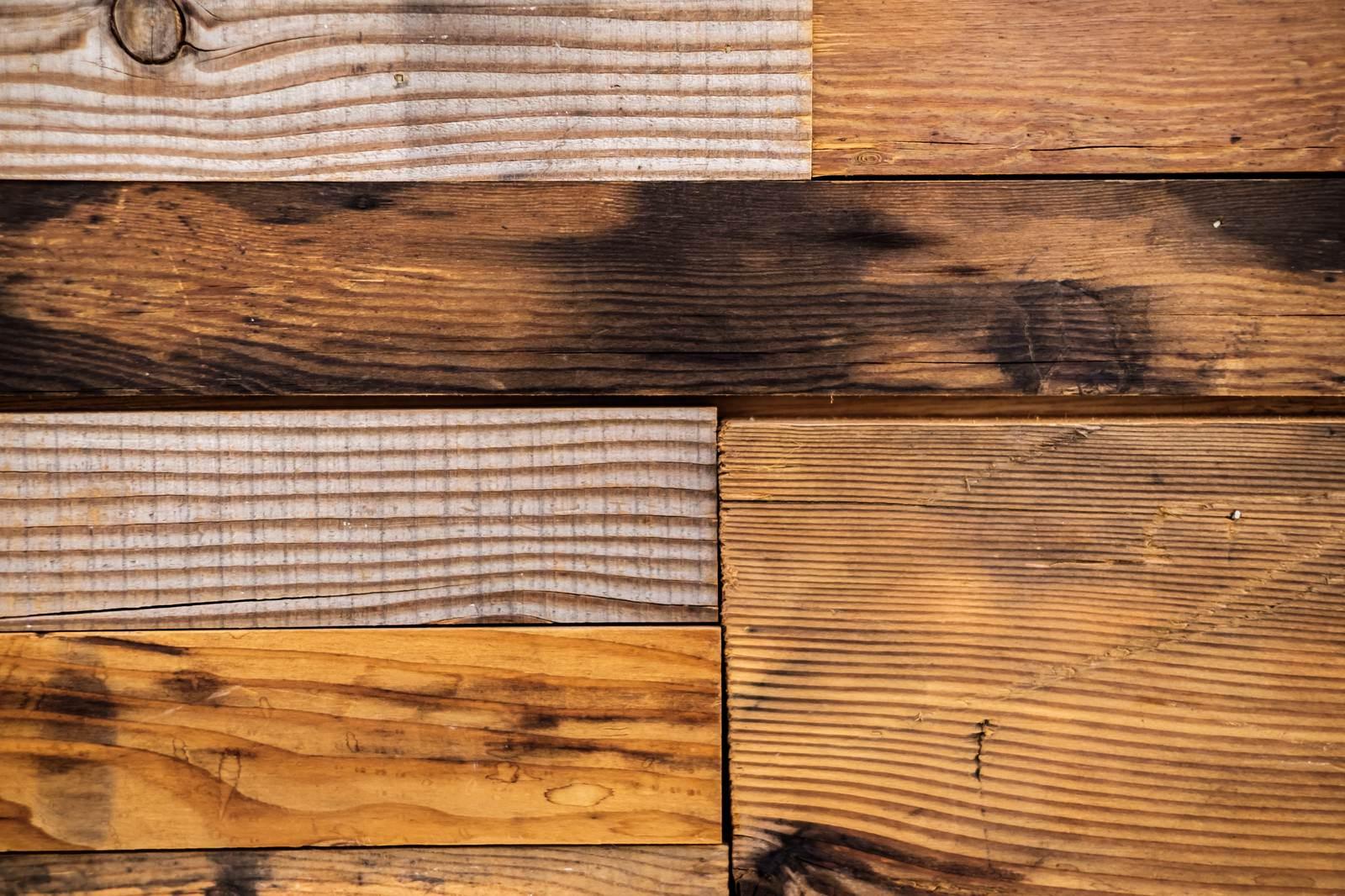 「模様が異なる木のテーブル」の写真