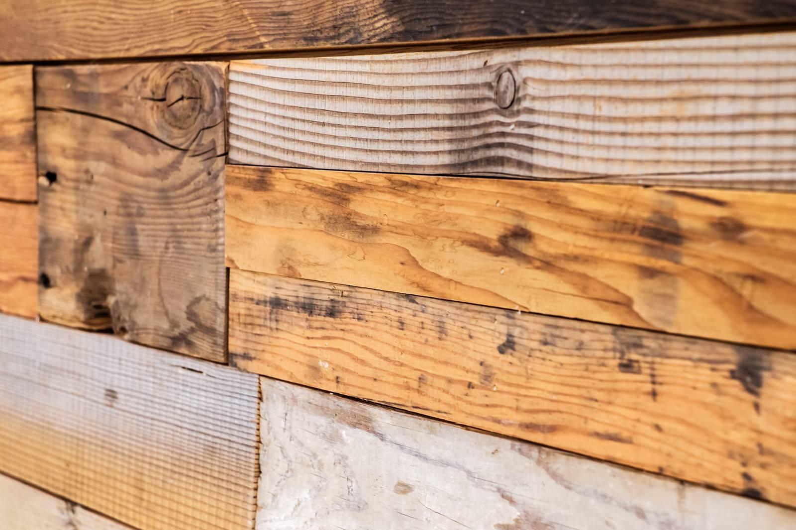 「足場板で作られた壁」の写真