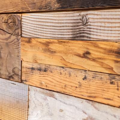 「足場板で作られた壁」の写真素材