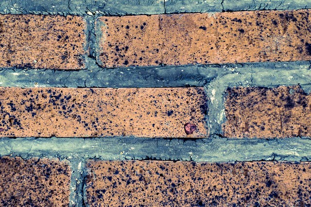 ボロボロの外壁タイルの写真