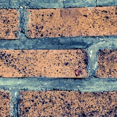 「ボロボロの外壁タイル」の写真素材