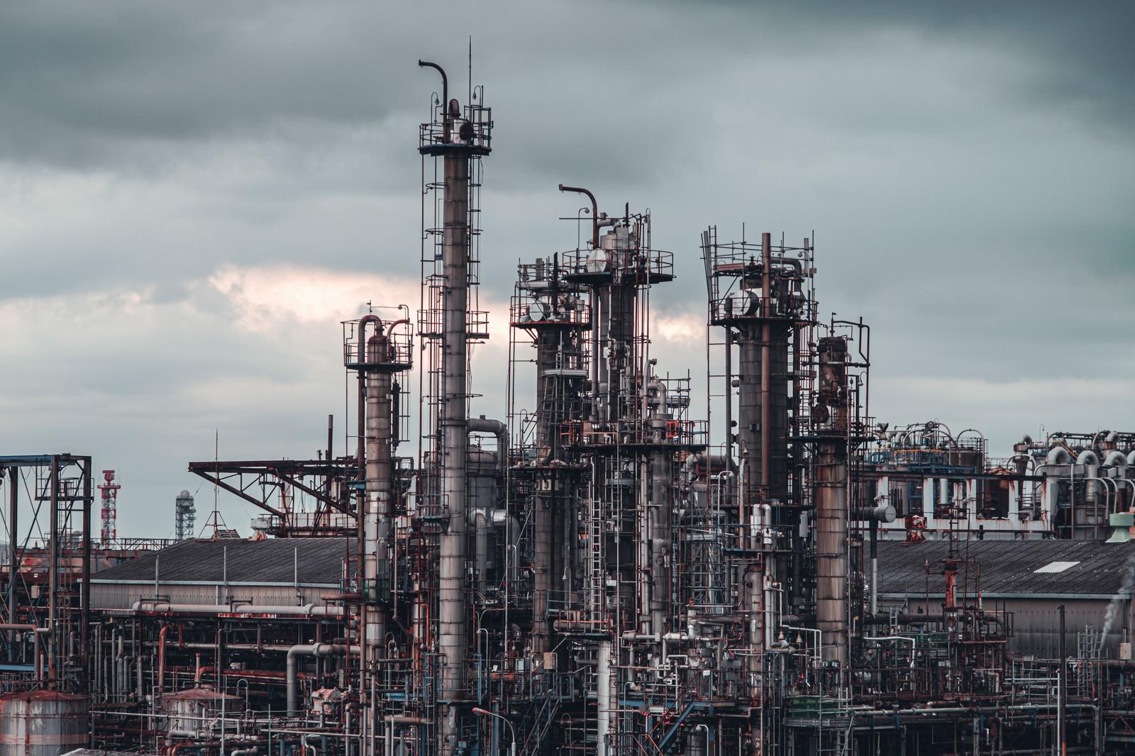 「曇り空に並ぶ工場の煙突」の写真