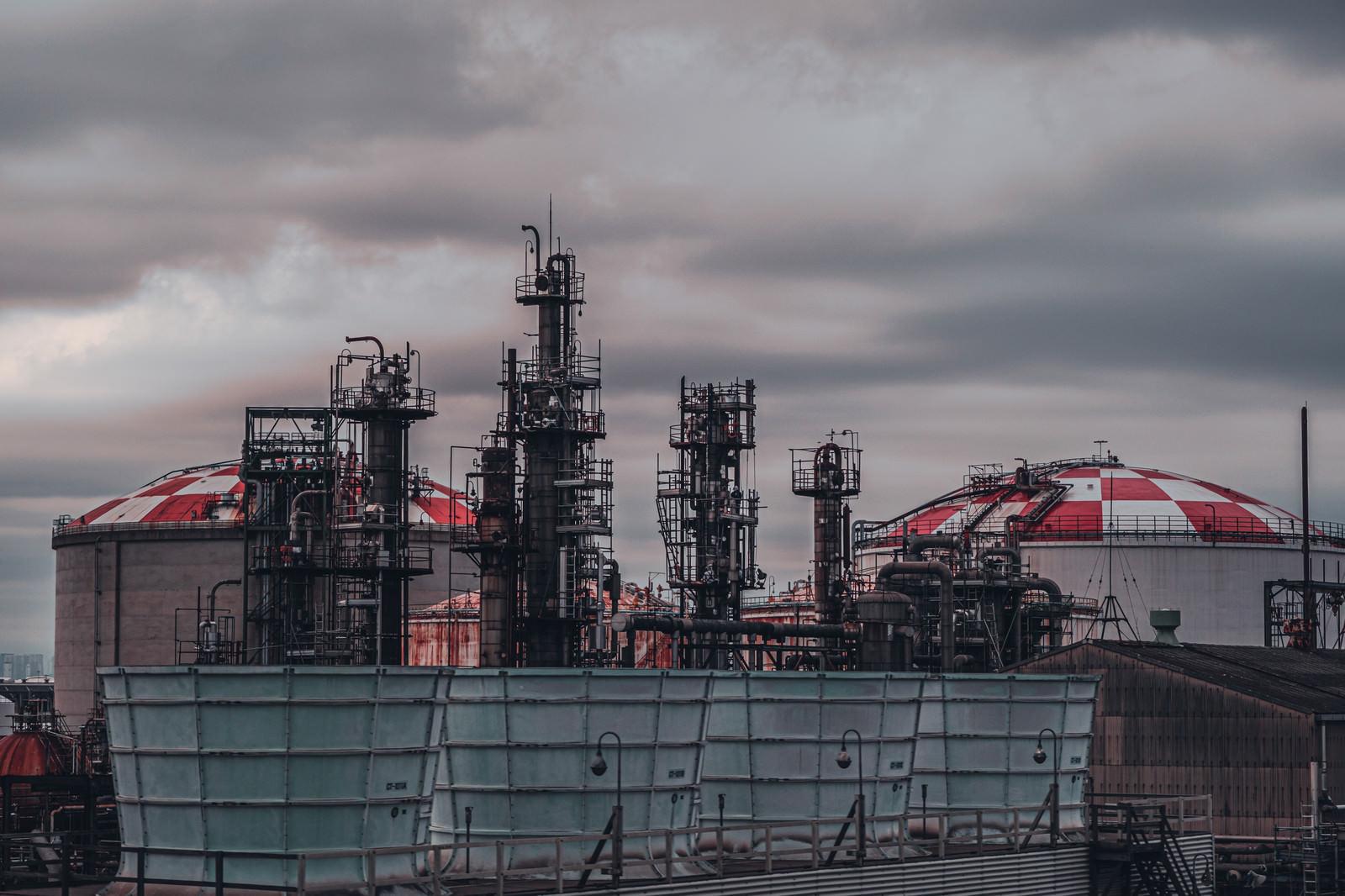 「曇り空と工場用タンク」の写真