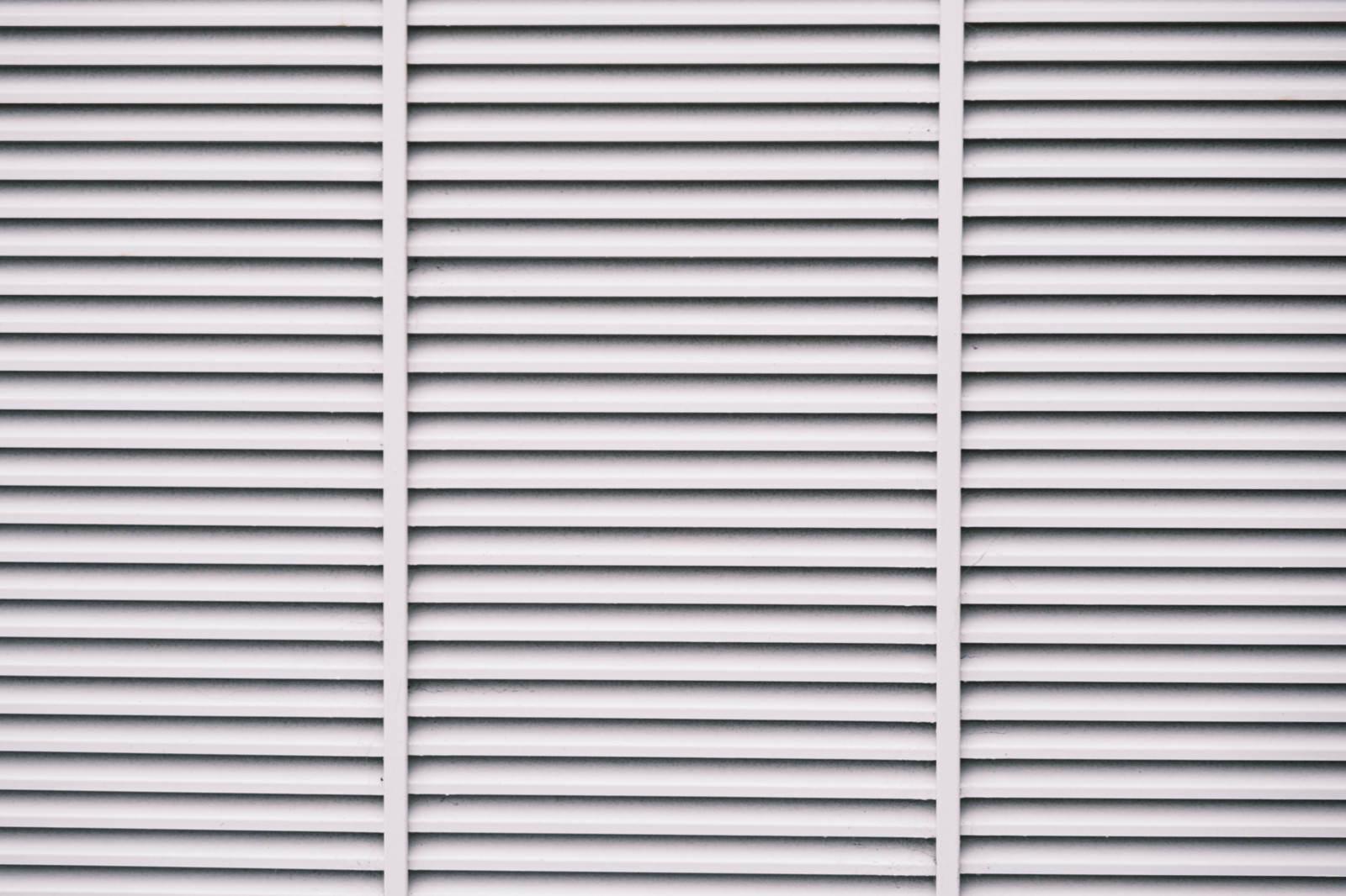 「淡い灰色に塗装したシャッター(テクスチャ)」の写真