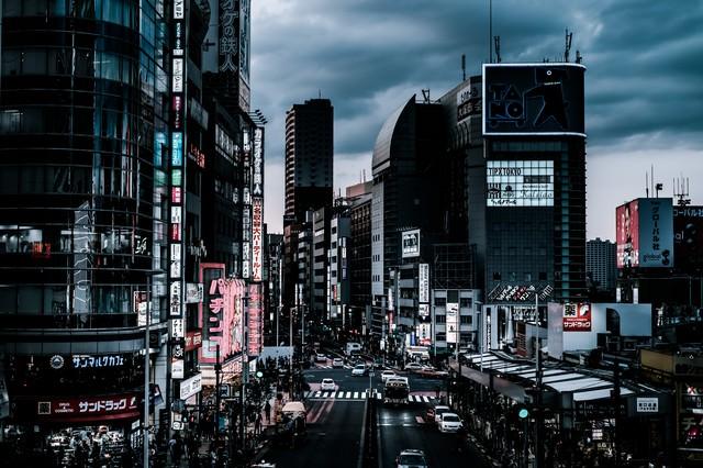 夕暮れ過ぎの新宿大ガード西の交差点前の様子の写真