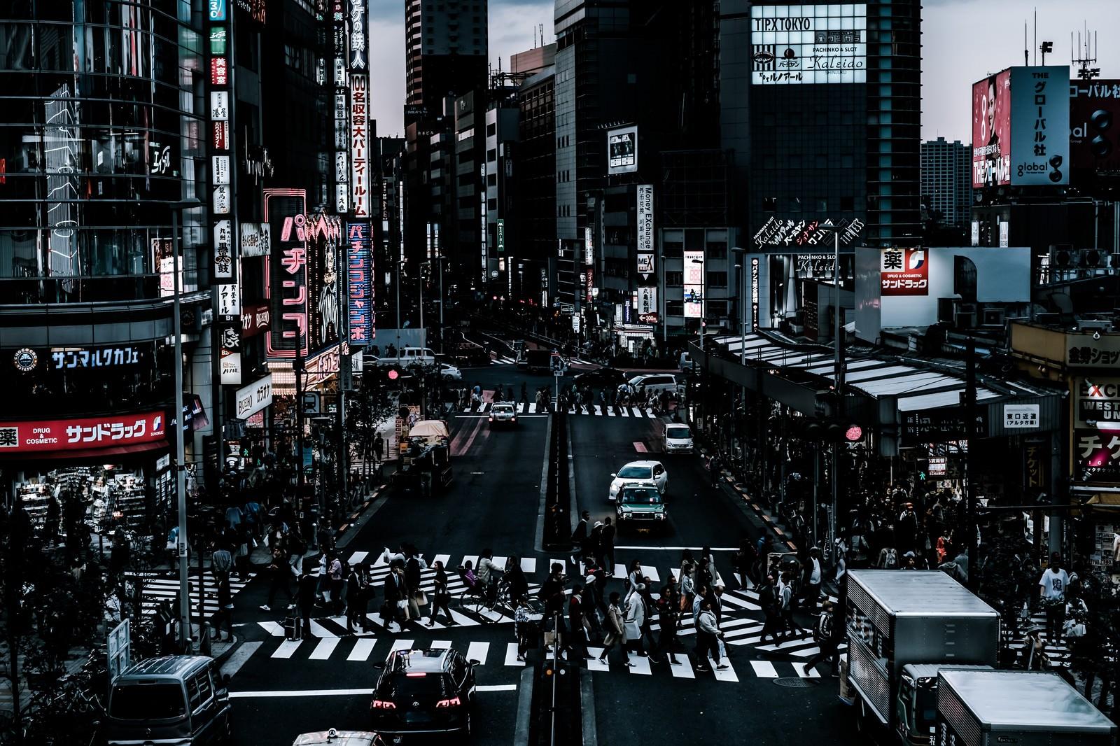 「新宿西口前のスクランブル交差点前の様子」の写真