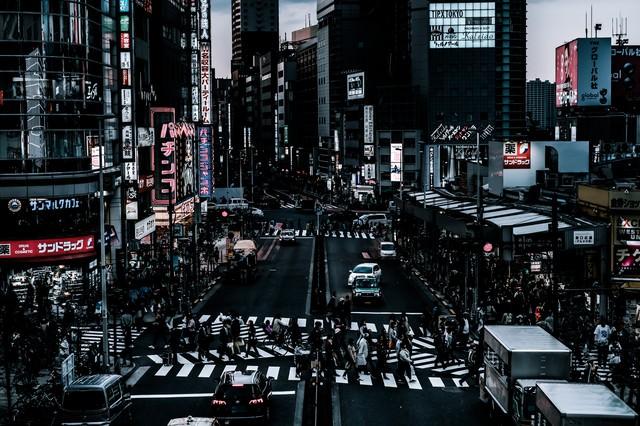 新宿西口前のスクランブル交差点前の様子の写真