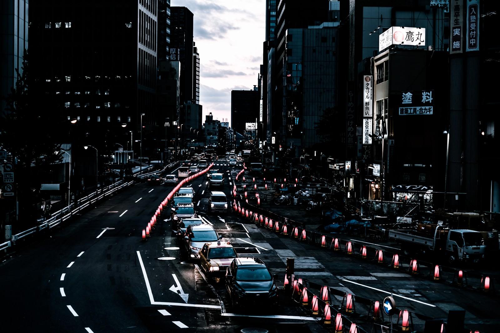 「新宿新都心歩道橋下前の道路工事」の写真