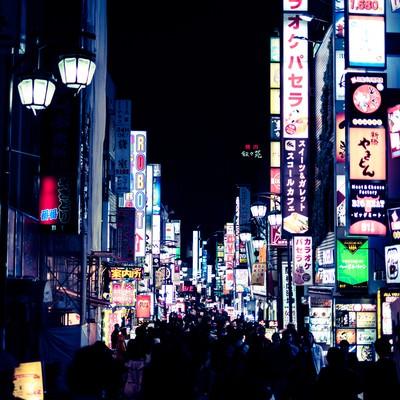 「人であふれる歌舞伎町の街」の写真素材