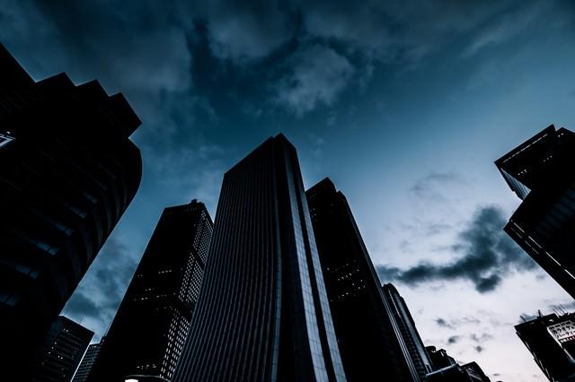 日が落ちた新宿のビル群の写真