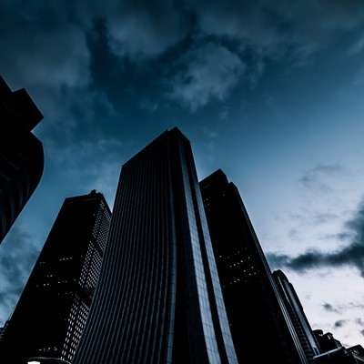 「日が落ちた新宿のビル群」の写真素材