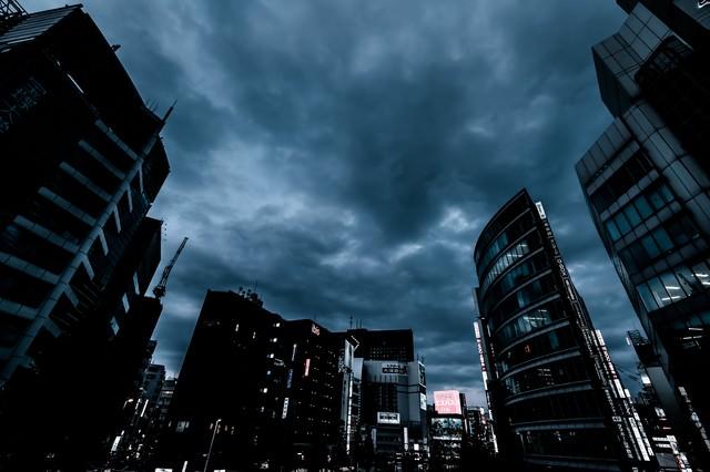 「曇り空と新宿のビル群(夕暮れ)」のフリー写真素材