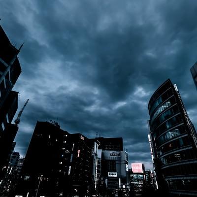 「曇り空と新宿のビル群(夕暮れ)」の写真素材