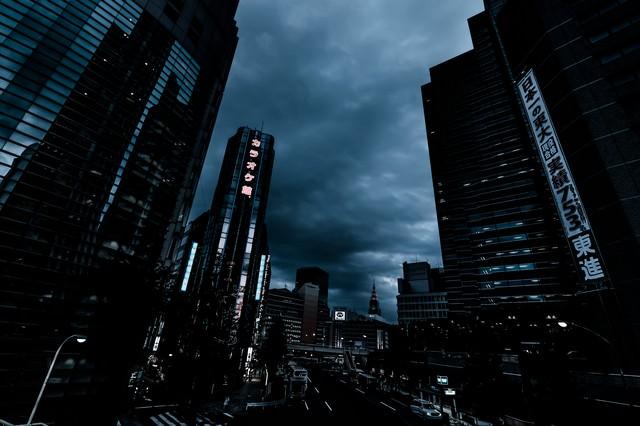 新宿西口ロータリー入口前のビル群(夕刻過ぎ)の写真