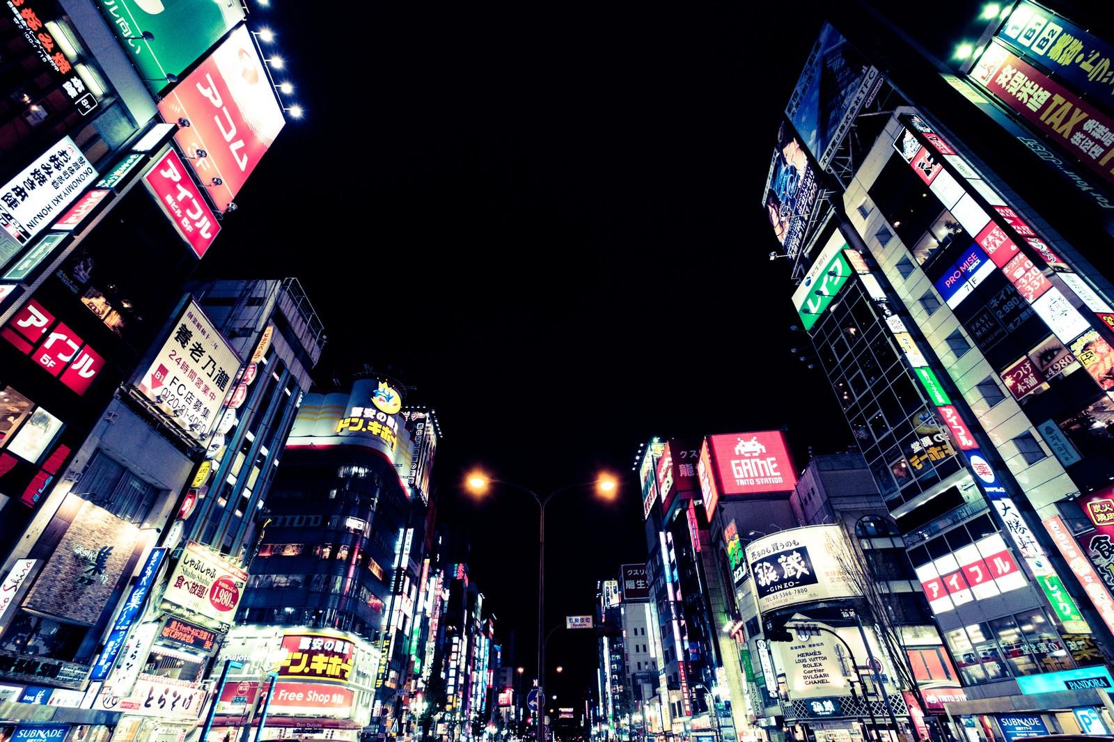 「日本一の繁華街新宿(夜間)日本一の繁華街新宿(夜間)」のフリー写真素材を拡大