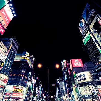 「日本一の繁華街新宿(夜間)」の写真素材