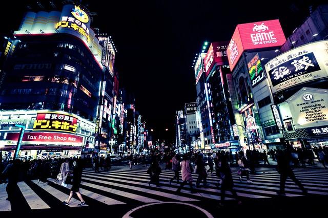 歌舞伎町交差点と往来する人(夜間)の写真