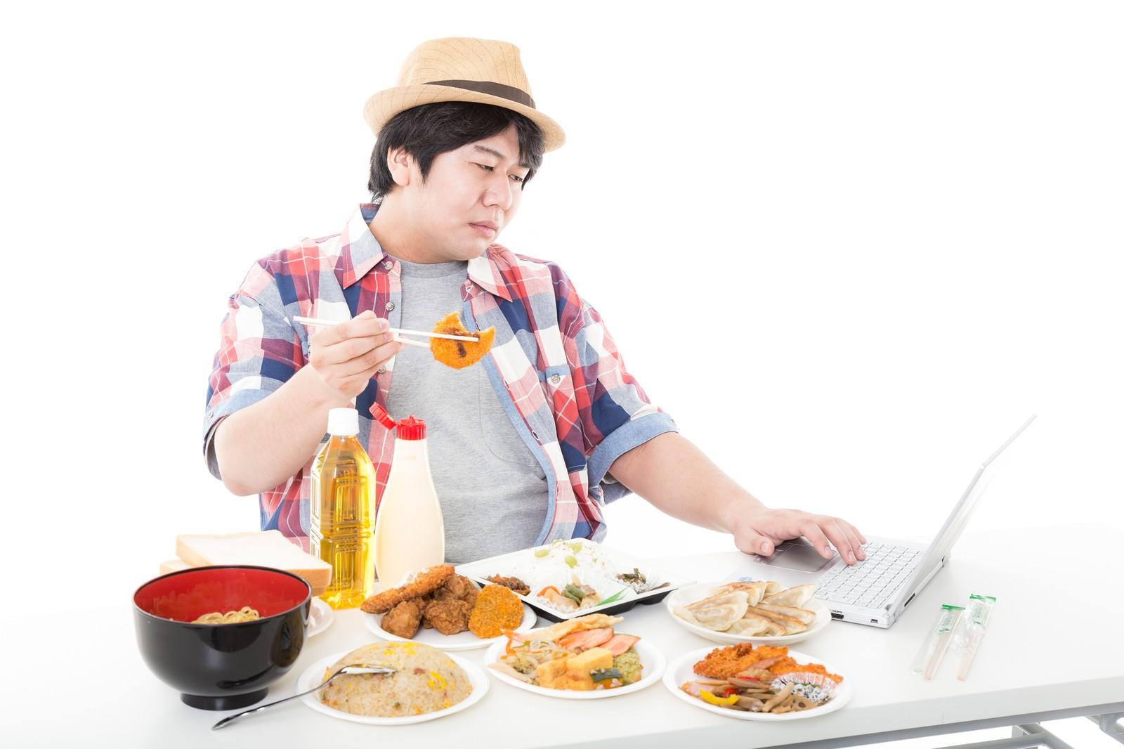 「コロッケを食べながらコロッケの画像をネットで検索する休日のパパ」の写真[モデル:朽木誠一郎]