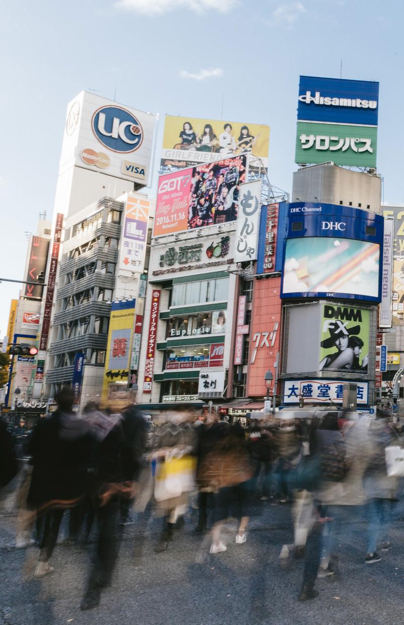 「渋谷スクランブル交差点と人混み」の写真