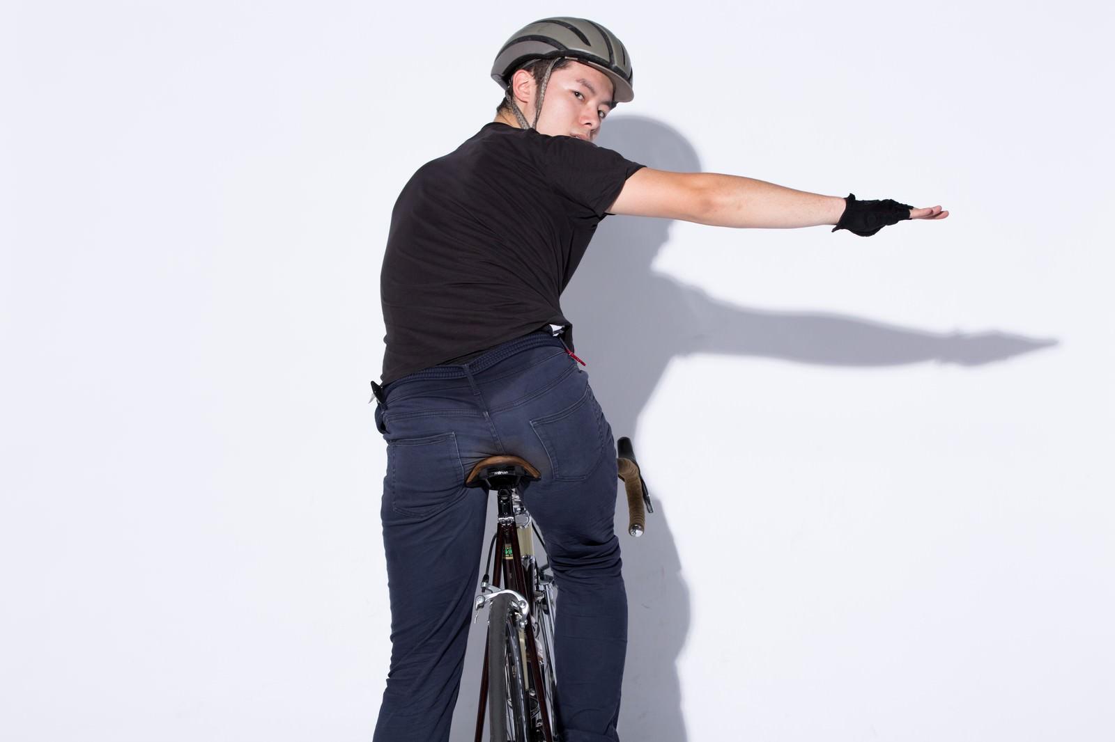 「自転車の手信号「右折」」の写真[モデル:けんたさん]