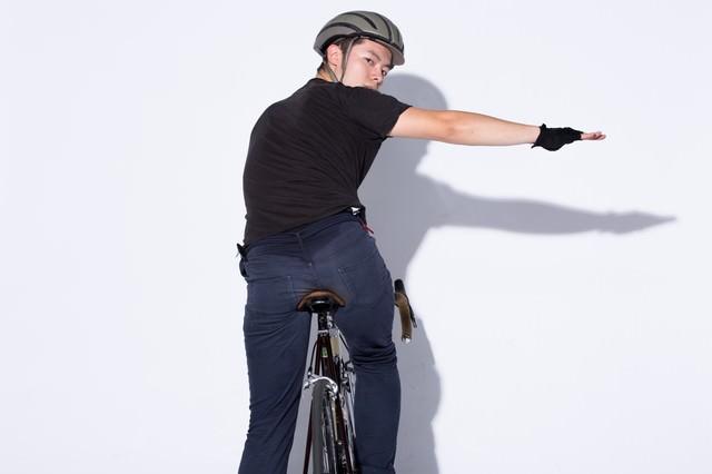 自転車の手信号「右折」の写真