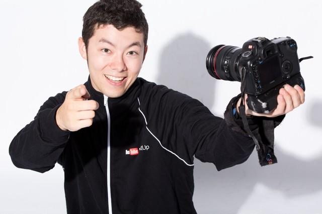 一眼レフで自撮りする人気動画クリエイターの写真