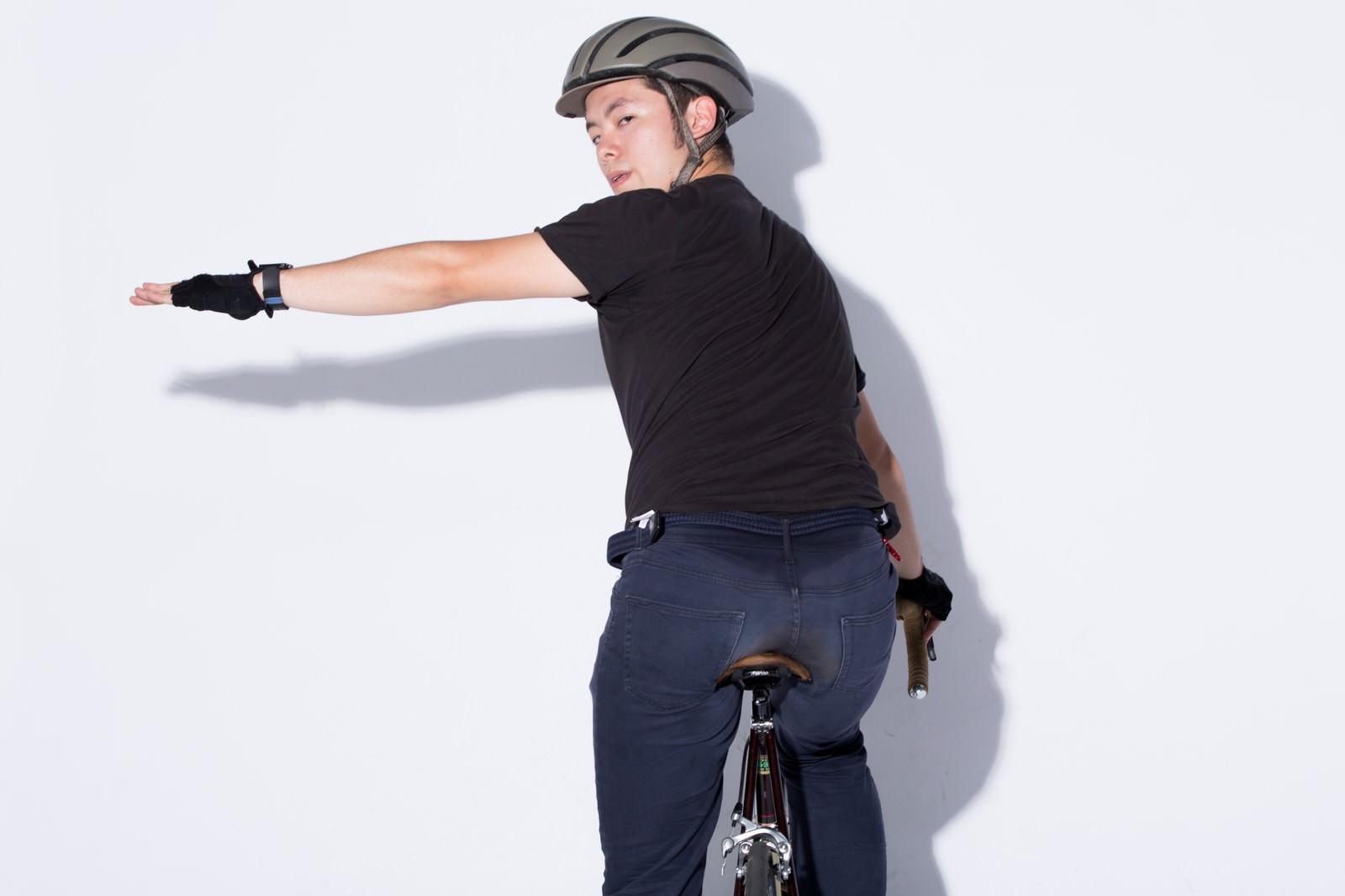 「自転車の手信号「左折」」の写真[モデル:けんたさん]